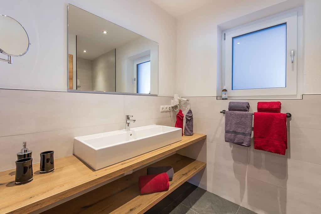 mit begehbarer Dusche, Toilette und großzügigem Waschbereich
