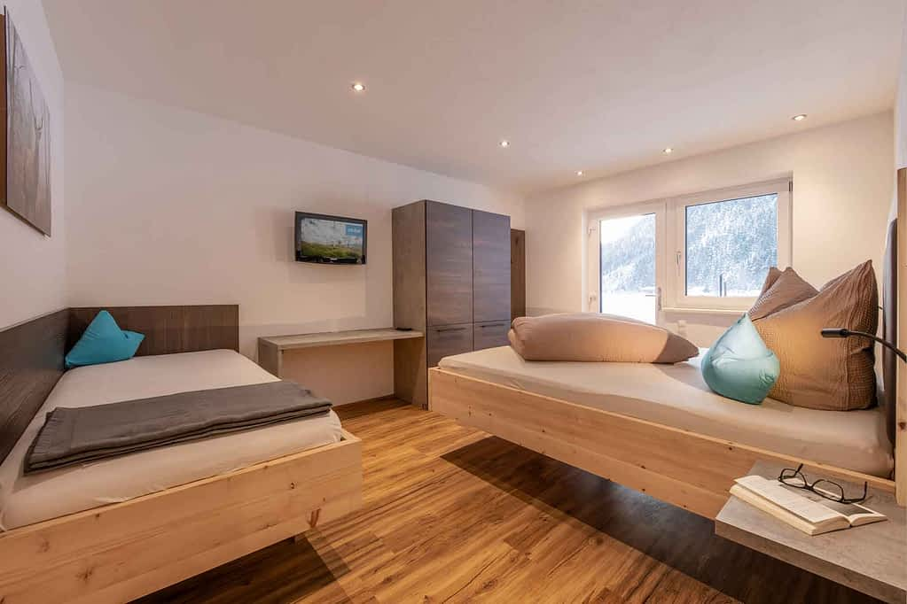 Zirbenbett, Satelliten TV, Free WIFI & Bett für 5. Person sowie Zugang zum Garten & Außenbereich