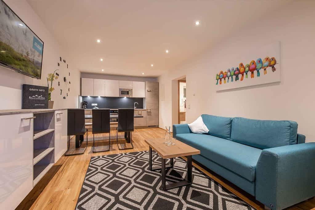 ausziehbare Couch sowie voll ausgestatteter Küche und Zugang zum Garten